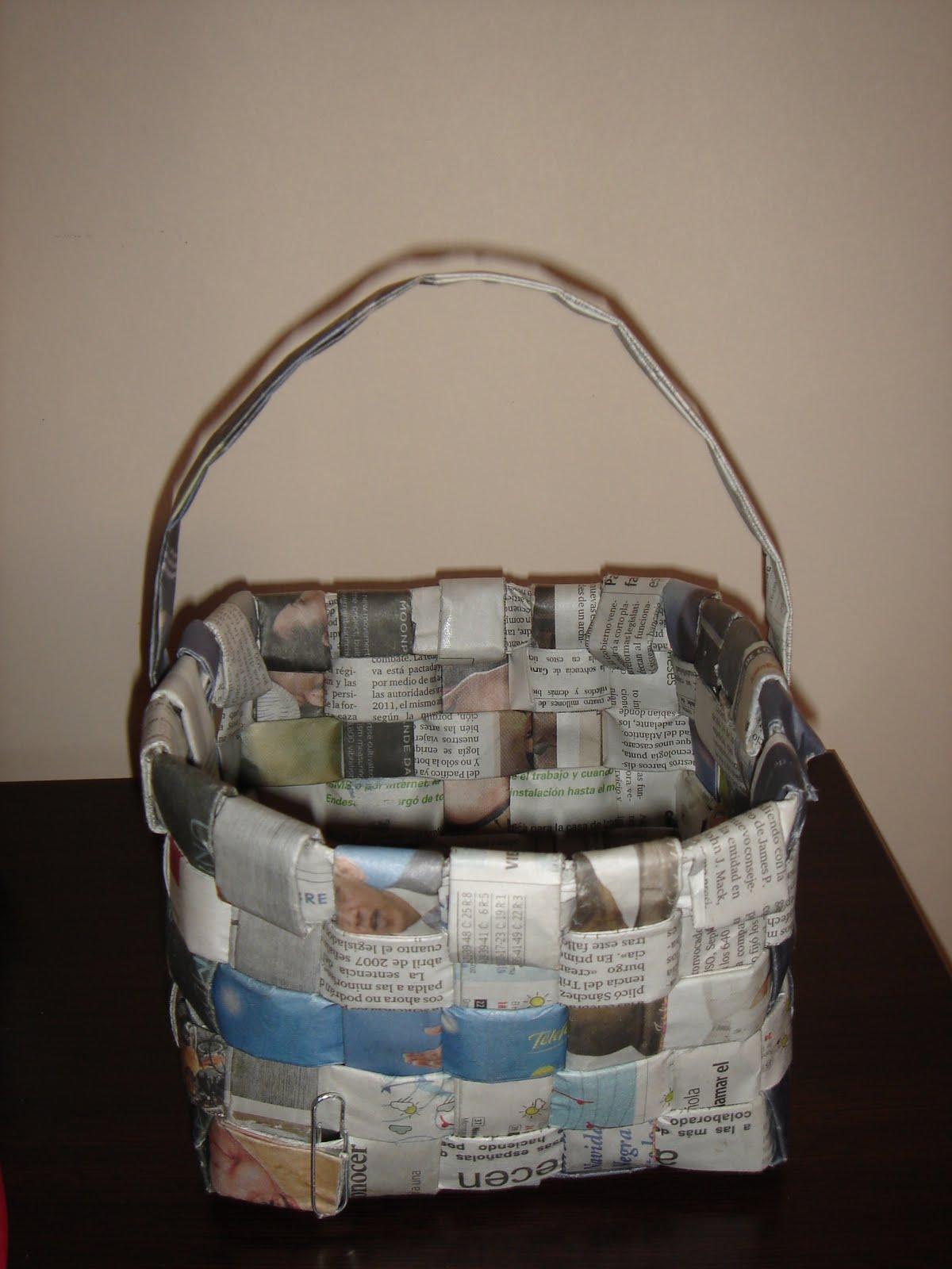 Regalos originales cestas papel de peri dico navidad - Manualidades con periodicos para ninos ...