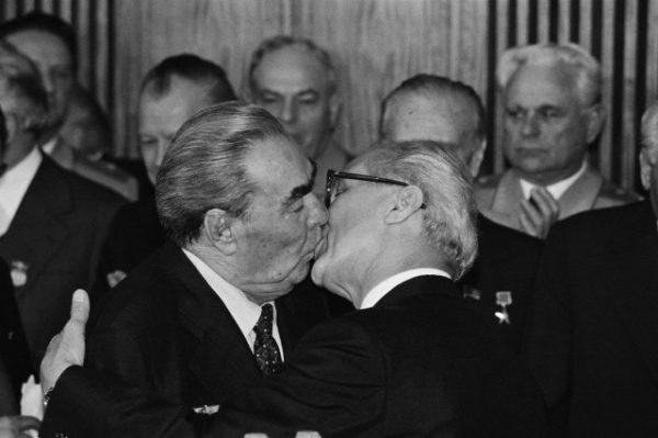 beso entre breznev y honecker