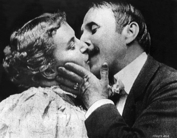 imagen del primer beso en una película
