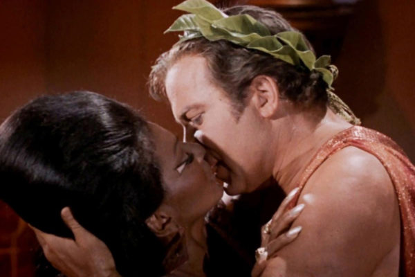 primer beso interracial en el cine
